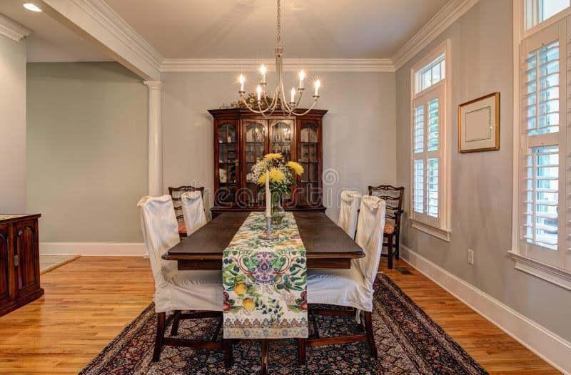 Elegante eetkamer met mooi meubilair royalty-vrije stock foto's