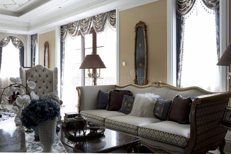 Elegante en heldere woonkamer stock foto's