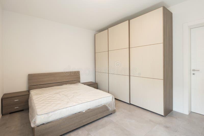 Elegante en minimalistische dubbele slaapkamer stock foto's