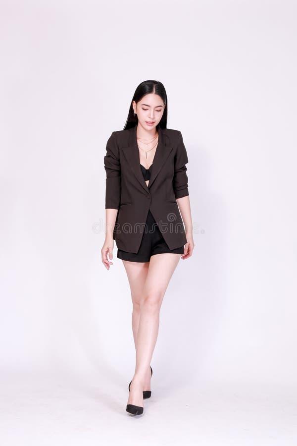 Elegante en moderne Aziatische zekere bedrijfsdievrouw in lookbookstijl over witte achtergrond wordt geïsoleerd stock fotografie