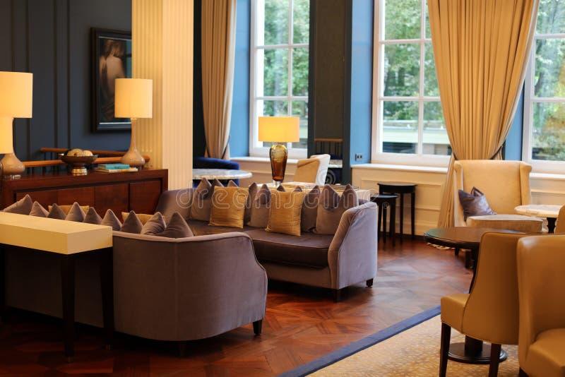 Elegante elegante en moderne hotelhal in Amsterdam, Nederland in Europa Zetels, lijsten en lampen bij het hotel van de luxepremie royalty-vrije stock foto