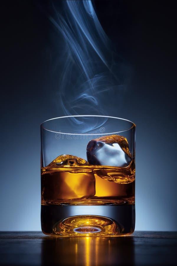 Elegante enige moutwhisky met ijs stock afbeelding