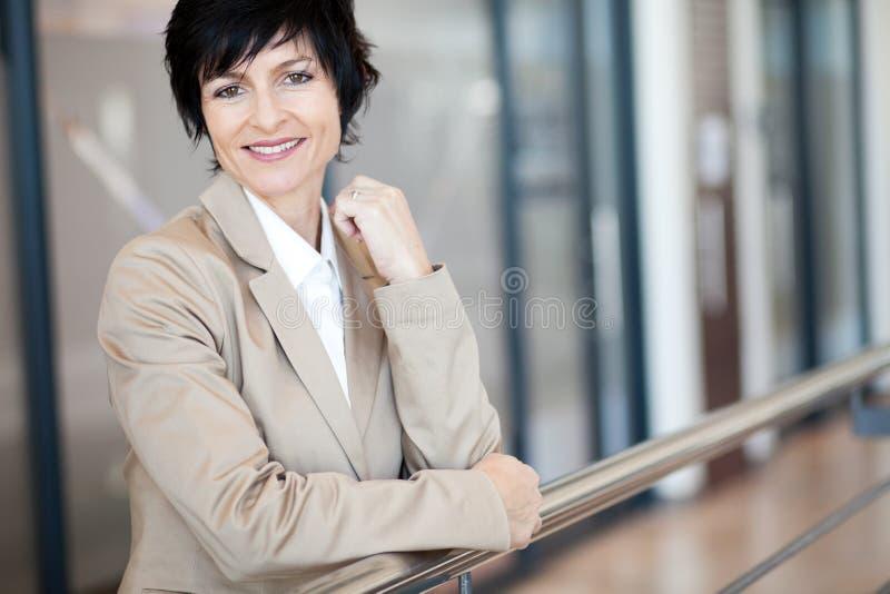 Elegante fällige Geschäftsfrau lizenzfreie stockfotografie