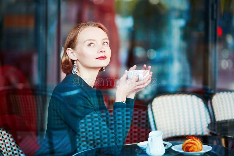 Elegante Franse vrouw in Parijse koffie royalty-vrije stock afbeeldingen