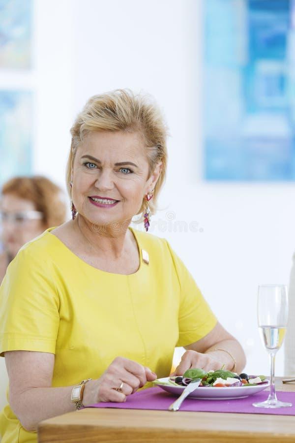 Elegante Frau in der Galerie stockbild