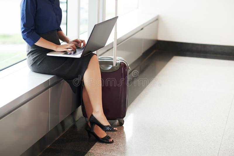 Elegante Frau, die in Flughafen wartet stockfoto