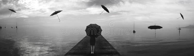 Elegante Frau, die vom Regen von Schwarzregenschirmen repariert lizenzfreies stockfoto