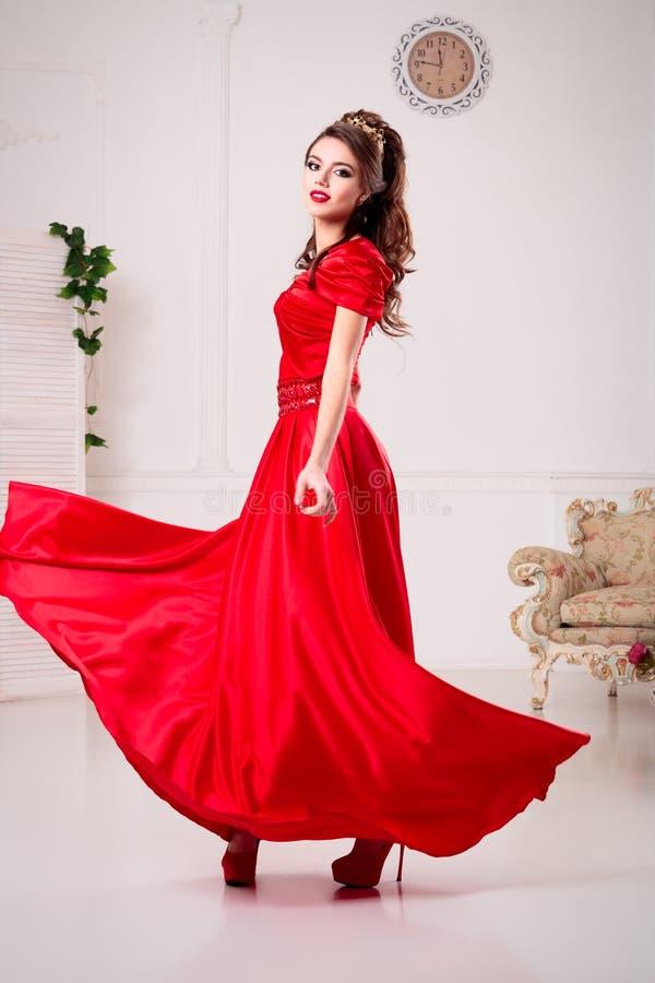 Elegante Frau In Einem Langen Roten Kleid Steht In Einem Reinraum Ch ...