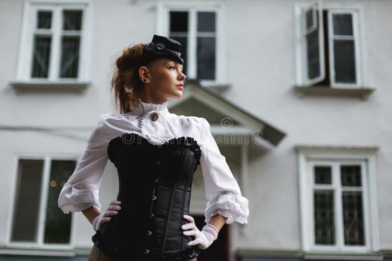Elegante Frau gekleidet in der Retro- Victorianart stockfoto