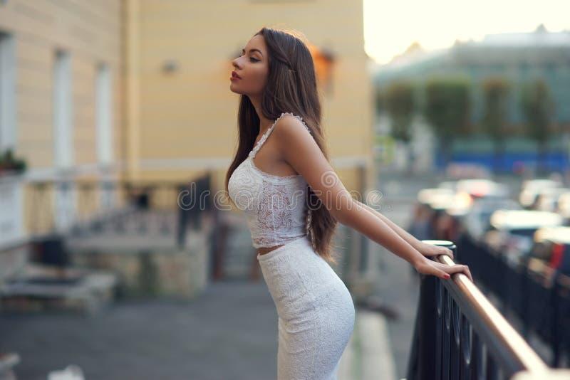 Elegante Frau im weißen Kleid lizenzfreie stockfotografie