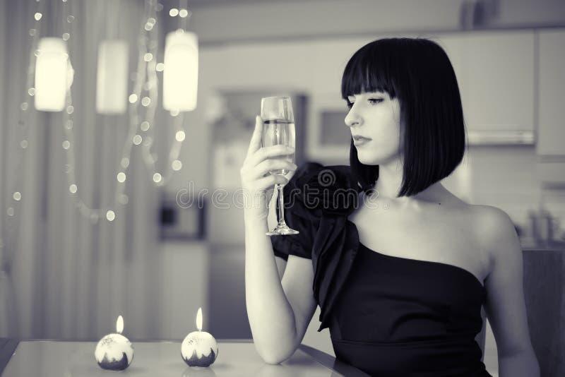 Elegante Frau mit dem Glas des Getränks, feiernd lizenzfreie stockbilder