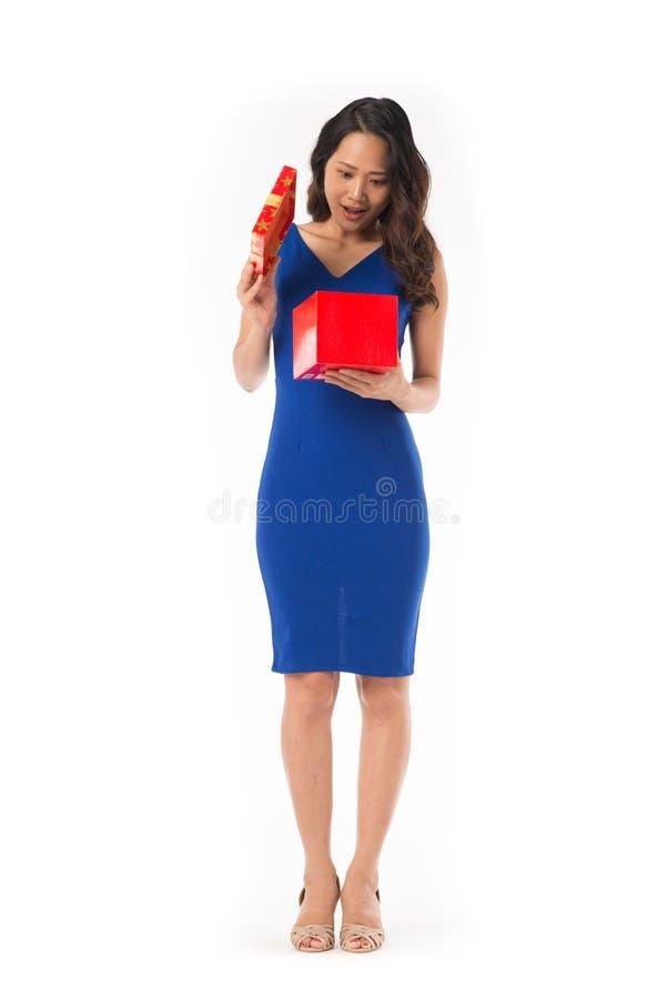 Elegante Frau mit Geschenk lizenzfreies stockbild