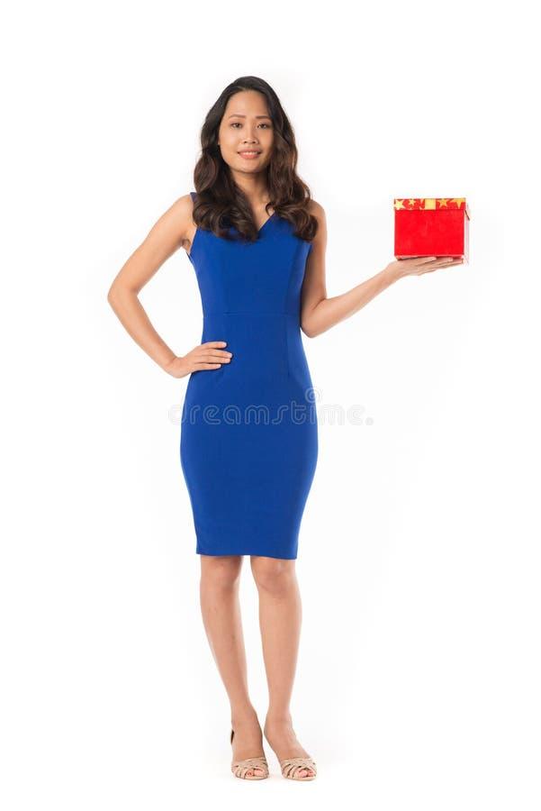 Elegante Frau mit Geschenk stockfotografie