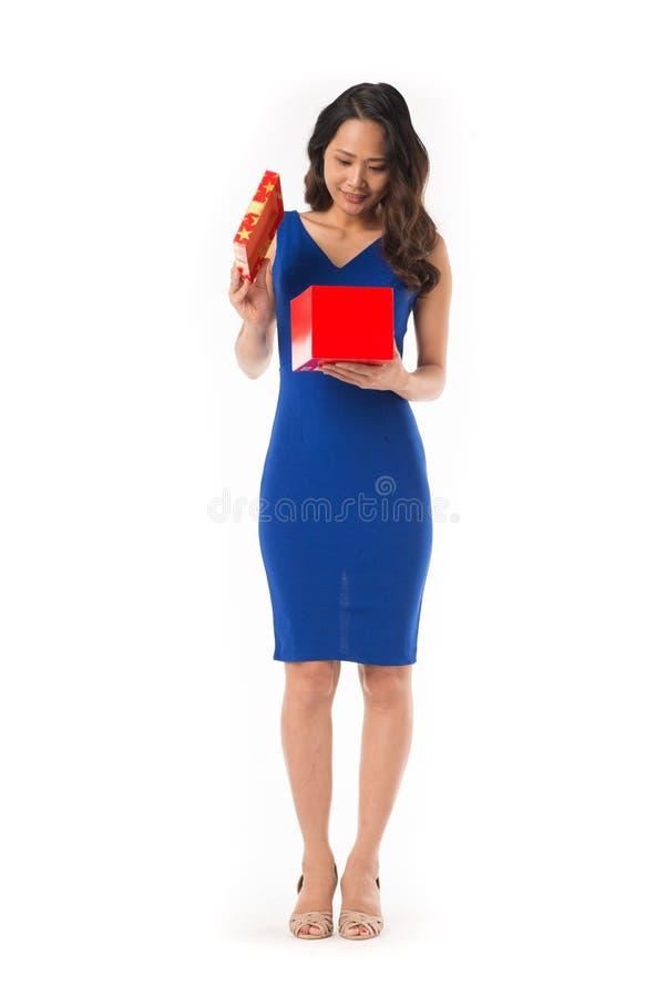 Elegante Frau mit Geschenk stockfotos