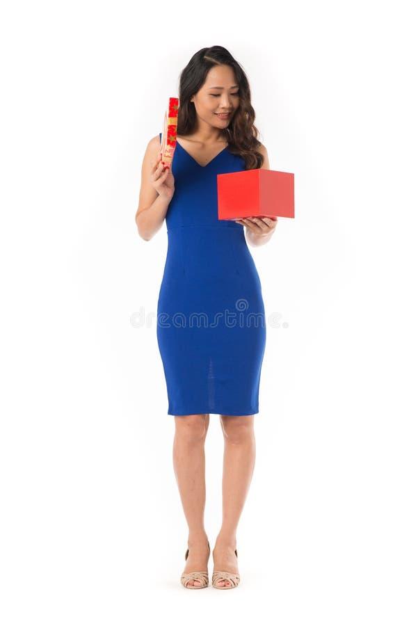 Elegante Frau mit Geschenk stockfoto