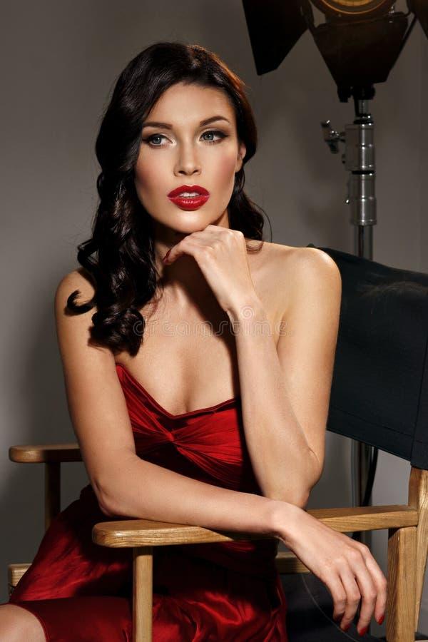 Elegante Frau mit klassischer Hollywood-Welle lizenzfreie stockbilder