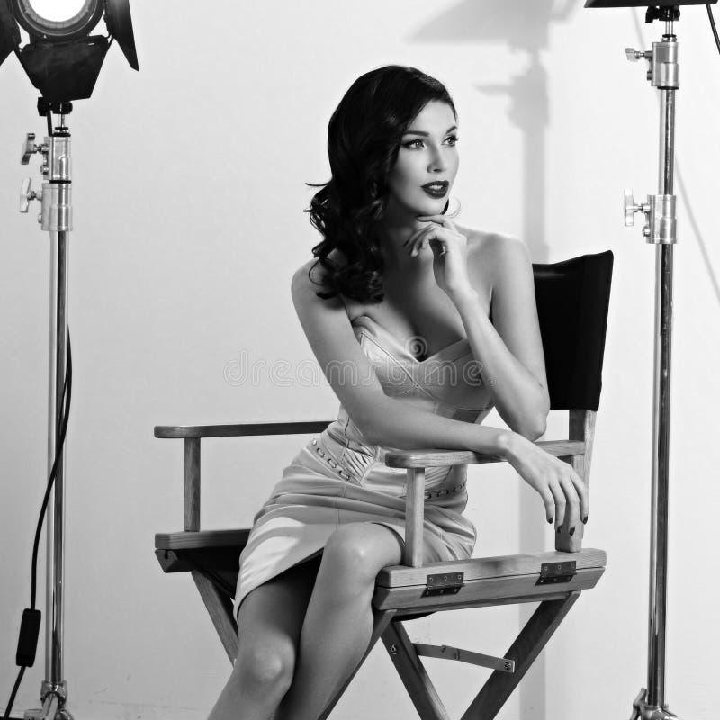 Elegante Frau mit klassischer Hollywood-Welle stockbilder
