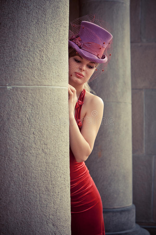 Elegante Frau mit Zylinder lizenzfreie stockfotografie