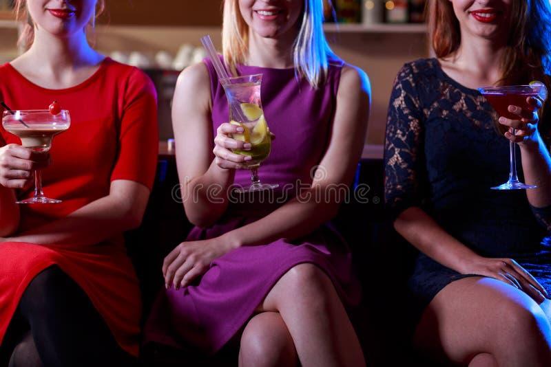 Elegante Frauen in der Stange lizenzfreies stockfoto