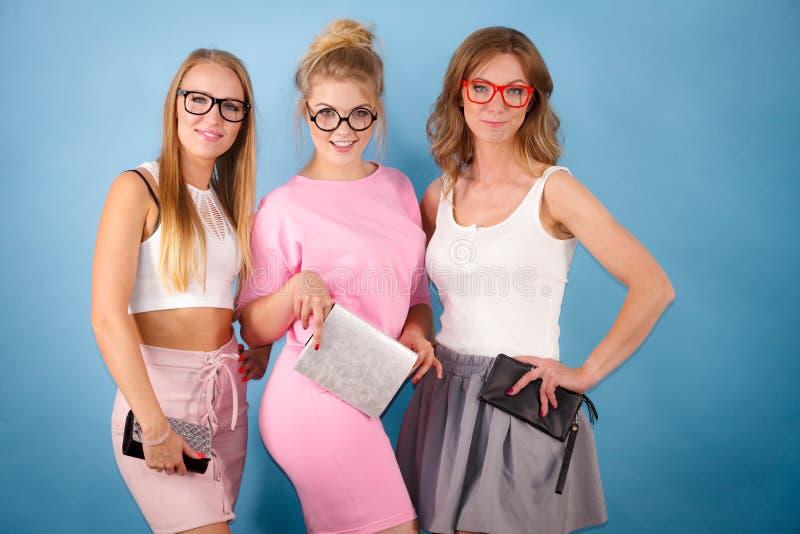 Elegante Frauen, Die Brillen Tragen Stockbild - Bild von