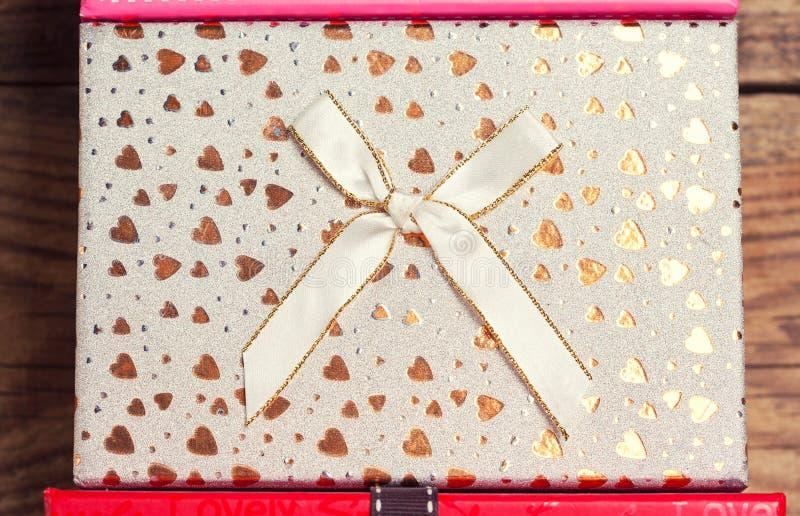 Elegante Geschenkbox mit Bogen lizenzfreies stockbild