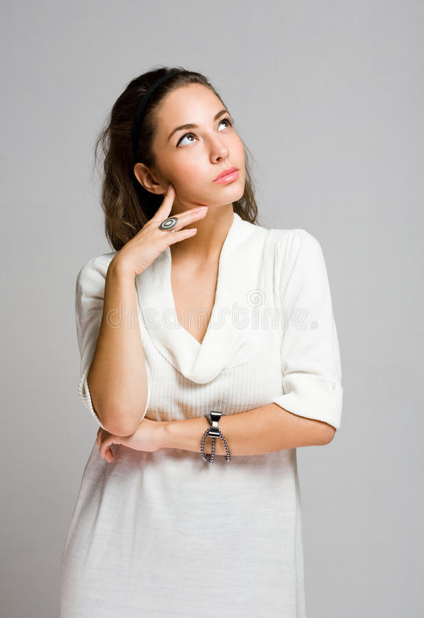 Elegante ghoughtful Brunettefrau. stockfotografie