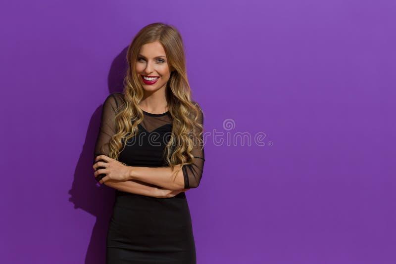 Elegante Glimlachende Blonde Vrouw met Gekruiste Wapens royalty-vrije stock foto