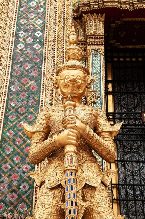 Elegante goldene riesige Wächterstatue großartigen Palast Bangkoks bui stockfotografie