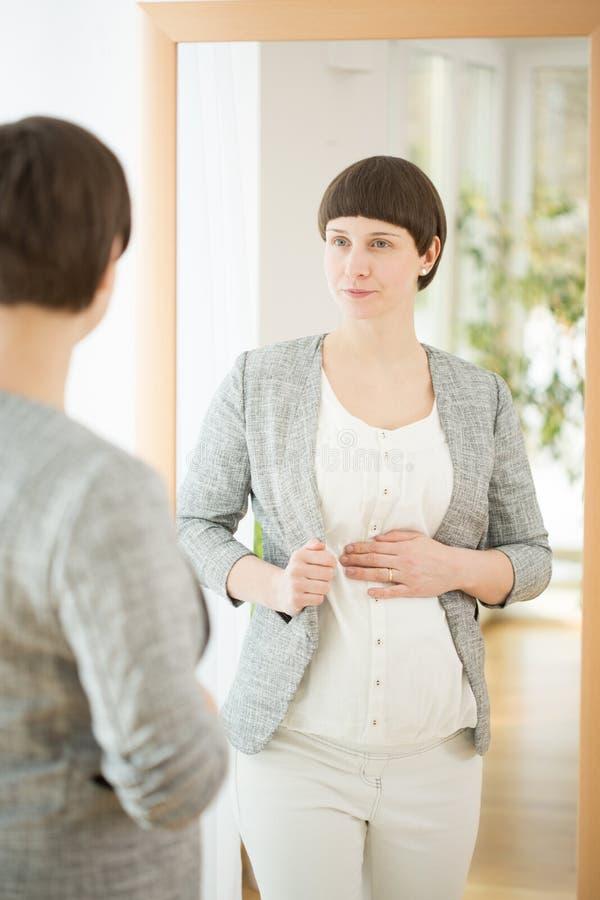 Elegante gravid Frau lizenzfreie stockbilder