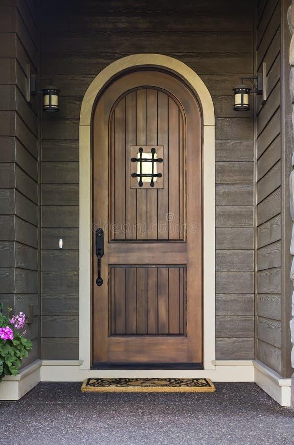 Elegante Haustür eines hochwertigen Hauses stockfotos