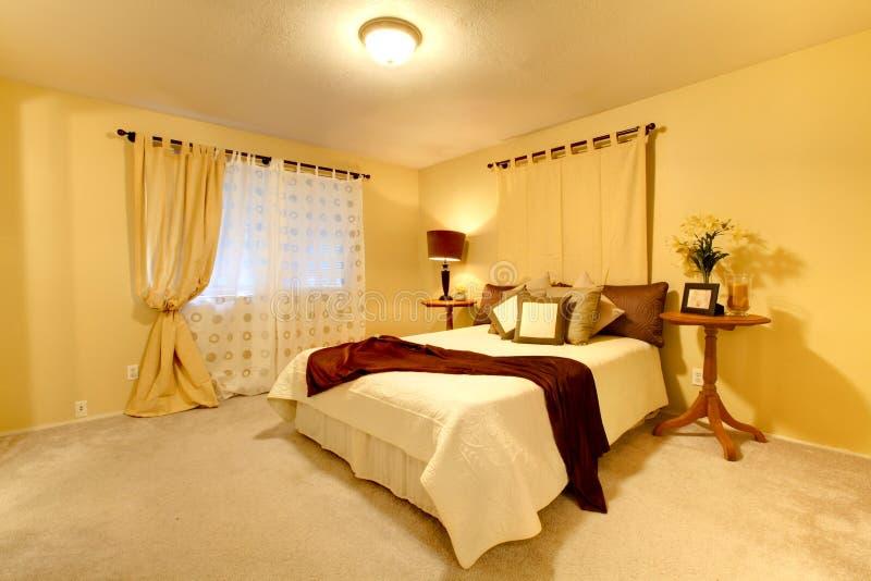 Elegante heldere slaapkamer stock foto's