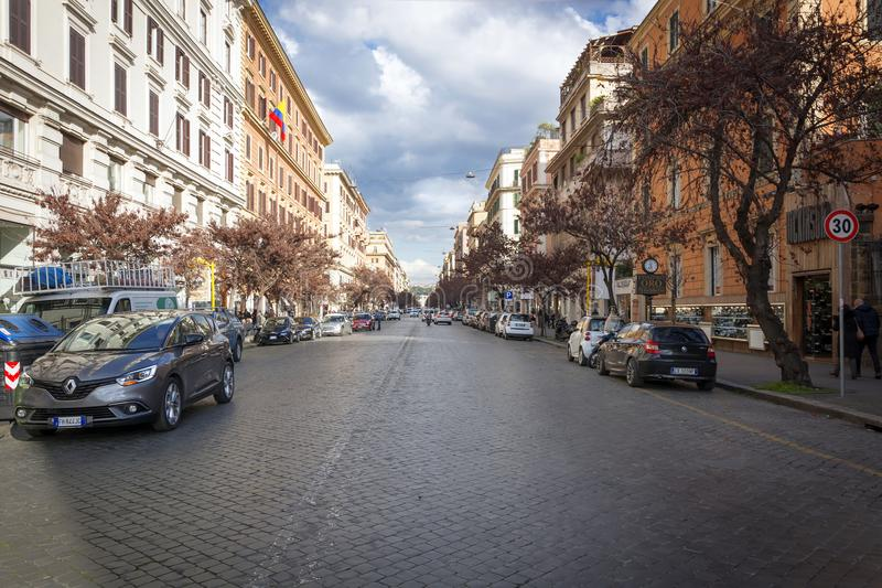 Elegante het winkelen straat via Cola Di Rienzo in Rome stock foto