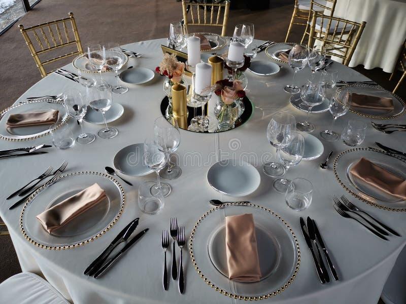 Elegante Hochzeitsfesttabelle mit Dekoration stockfotos