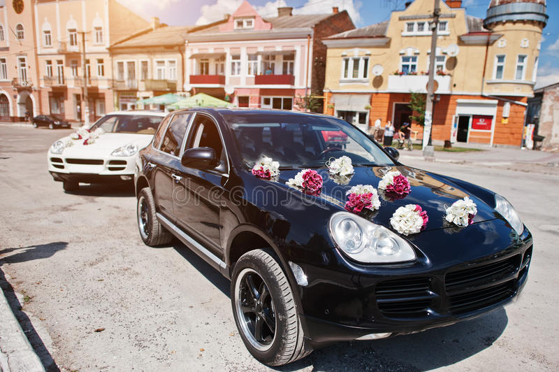 Elegante huwelijksauto's met decor op de kap royalty-vrije stock afbeelding