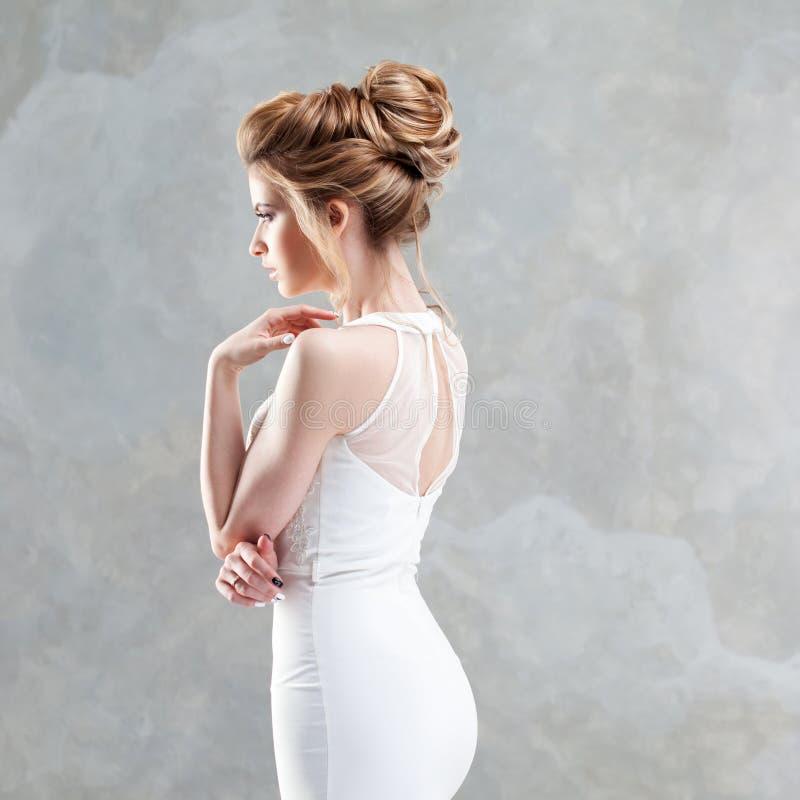 Elegante huwelijkskleding, rechte silhouet elegante rug Portret van een jonge mooie bruid royalty-vrije stock foto