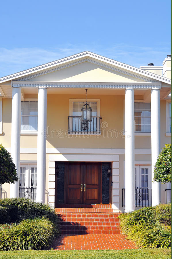 Elegante Ingang aan Mooi Koloniaal Huis royalty-vrije stock fotografie