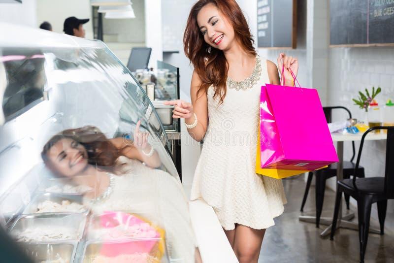 Elegante jonge Aziatische vrouw die een selectie van voedsel maken stock foto's
