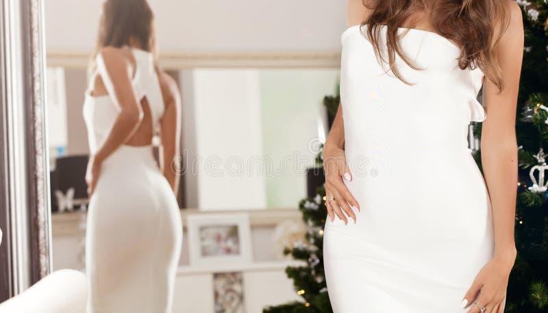 Elegante jonge dame in sexy witte kleding royalty-vrije stock foto's
