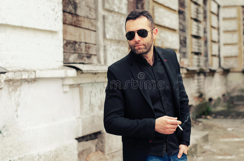 Elegante jonge knappe mens die kostuum dragen royalty-vrije stock foto's