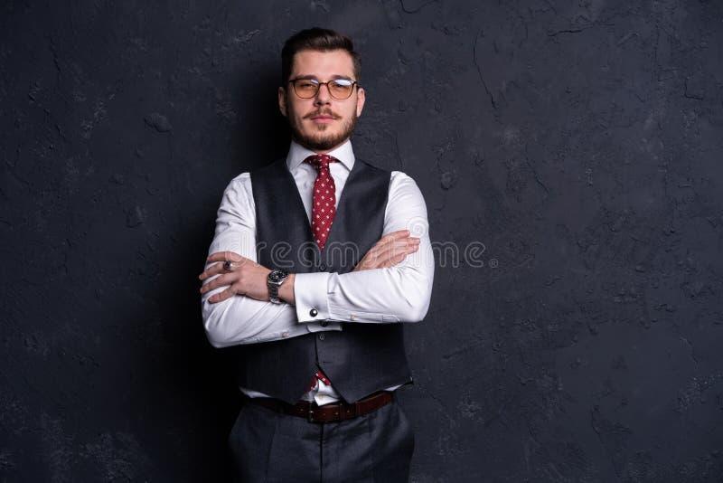 Elegante jonge knappe mens Het portret van de studiomanier stock foto's