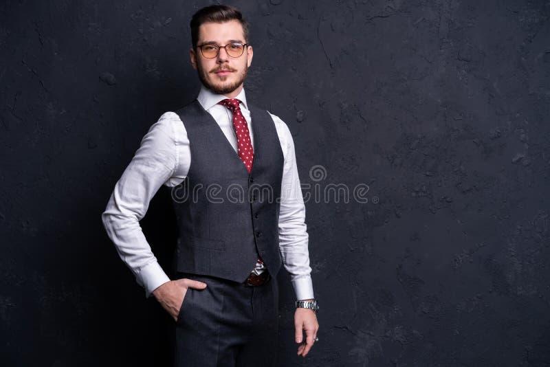 Elegante jonge knappe mens Het portret van de studiomanier stock foto