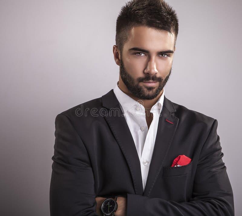 Elegante jonge knappe mens. Het portret van de studiomanier. stock afbeelding