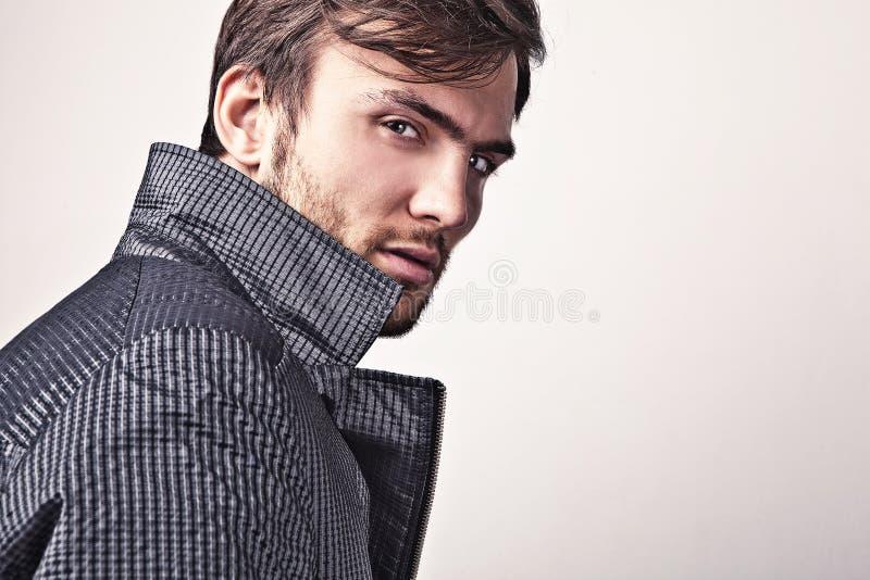 Elegante jonge knappe mens. Het portret van de studiomanier. royalty-vrije stock afbeeldingen