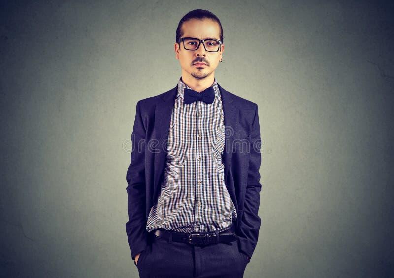 Elegante jonge mens in kostuum stock afbeelding