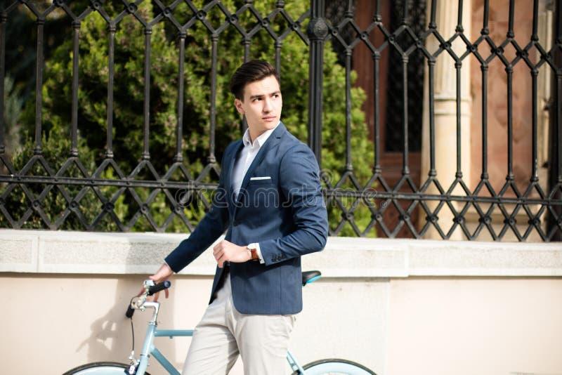 Elegante jonge mens met fiets royalty-vrije stock afbeelding