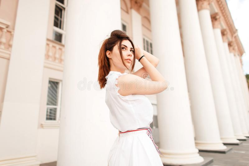 Elegante jonge mooie vrouw in manier het witte kleding stellen royalty-vrije stock foto's
