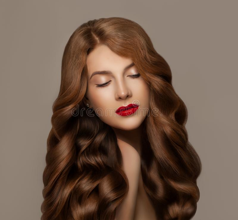 Elegante jonge roodharigevrouw met lang gember gezond krullend haar Haircareconcept royalty-vrije stock foto's