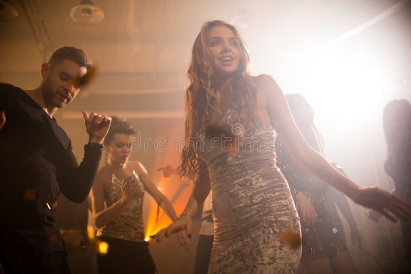 Elegante Jonge Vrouw die in Club dansen stock foto