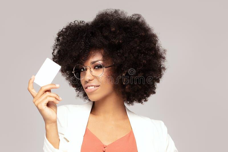 Elegante junge Afrofrau mit Kreditkarte stockfotos