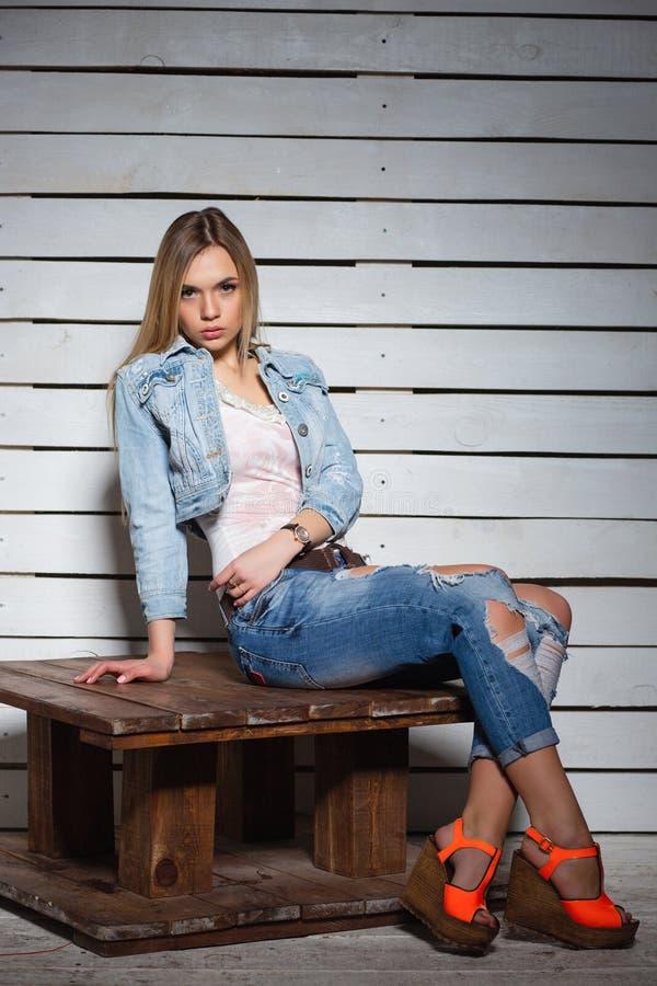 Elegante junge Blondine stockfotografie